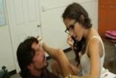 Un homme mature donne des cours de baise à une jeune ado