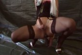 Transsexuelle en lingerie hot bande dur comme fer devant son pc