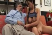 Papi se fait plaisir avec sa belle fille coquine